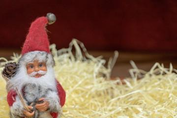 Père Noël traditionnel  hygge sur fond rouge