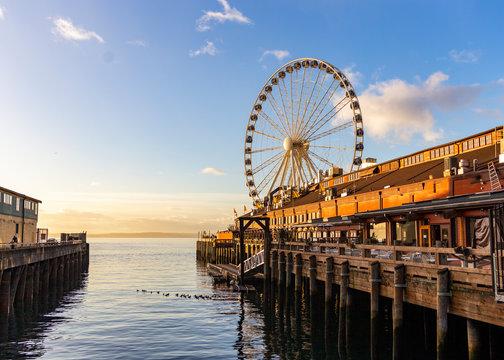 The beautiful Seattle Great wheel at sunset