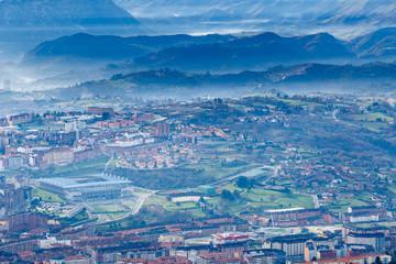 Vista de la ciudad de Oviedo, campo de futbol y perfil de las montañas desde el Monte Naranco, Asturias, España.
