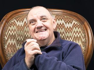 portrait vieil homme dans son fauteuil