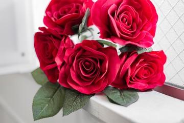 窓際にあるバラの花