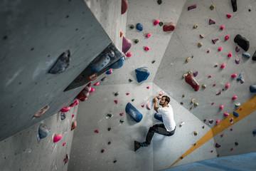 Bouldern in einer Kletterhalle in Bielefeld