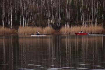 Ein Rennkanute auf einem See