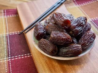 나무도마 위에 대추야자 과일