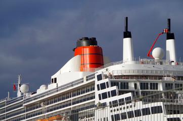 Ozeanliner im Hamburger Hafen