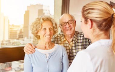 Altenpflegerin bei Paar Senioren im Pflegeheim