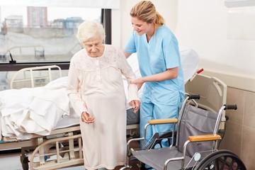 Krankenschwester hilft behinderter Senior Frau