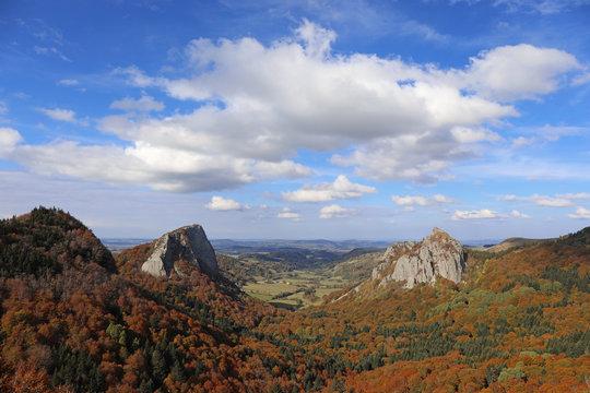 Les roches Tuilière et Sanadoire. Parc régional des volcans d'Auvergne, vallée de Fonsalade. Les Monts Dore