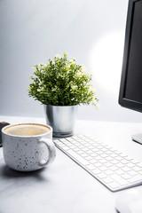 Fototapeta Miejsce pracy. Biurko z komputerem i kawa. obraz