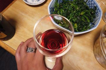 赤ワインと和食。帰省中の実家のアンバランスなリアル感漂う食事。