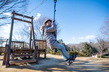 冬の公園で遊ぶ女の子