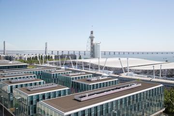 Vista do rio Tejo e prédios no Parque das Nações em Lisboa