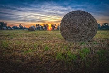 Sonnenaufgang über abgemähten Feld  mit Heu Ballen bei Hannover