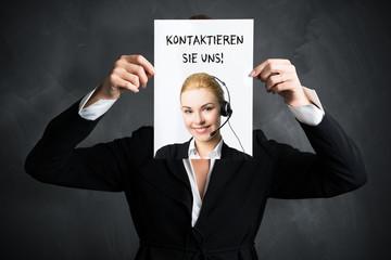 """Geschäftsfrau hält Schild mit Aufschrift """"Kontaktieren Sie uns"""""""