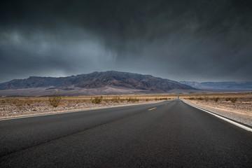 Foto auf AluDibond Route 66 arrivée de l'orage dans le désert