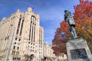 Detroit Masonic Temple and Statue of Robert Burns. Detroit , USA