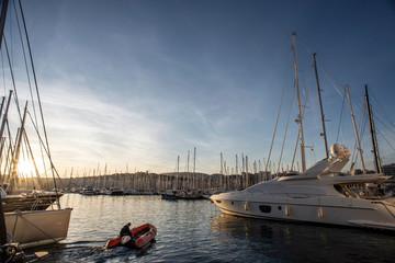 Hafen mit Schlauchboot