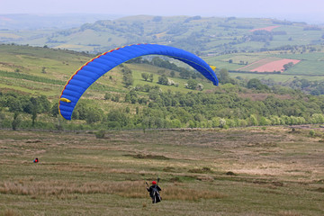 Fototapete - Paraglider flying in the Brecon Beacons, Wales