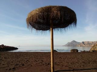 Playa con sombrilla