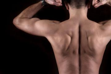 Selbstbewusster junger muskulöser Mann Oberkörper frei
