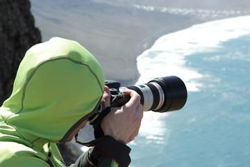 Fotograf bei der Arbeit auf Vulkan am Meer