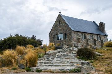曇天のテカポ湖の善き羊飼いの教会