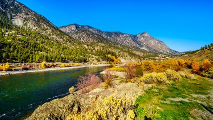 Fototapeta premium Kolory jesieni otaczające rzekę Thompson w Goldpan Provincial Park na trasie Fraser Canyon autostrady Trans Canada Highway 1 w Kolumbii Brytyjskiej w Kanadzie