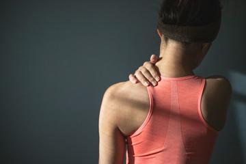 肩に痛みを抱える女性