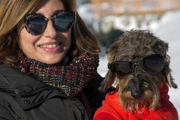Coppia padrona cane bassotto sulla neve