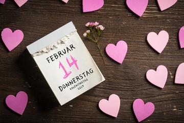 Abreißkalender mit Valentinstag 2019 auf Holzhintergrund