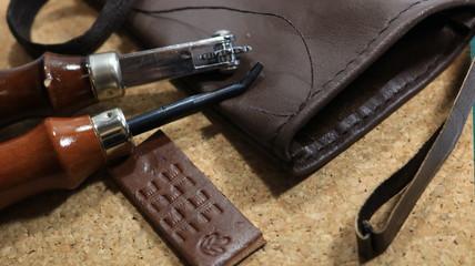 レザークラフト 作成中の革袋と工具セット