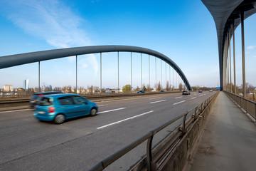 fahrende Autos über eine Brücke