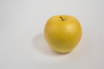 Manzana golden/ una manzana golden, aislada, sobre fondo blanco