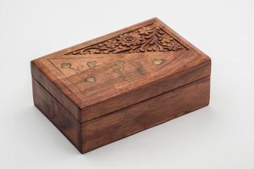Caja de madera/caja de madera tallada con flores y decorada con hojas doradas, aislada sobre fondo blanco
