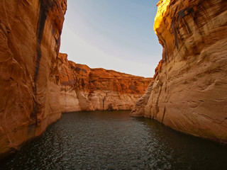 Beautiful canyon and lonely rocks on the Lake Powell Fotoväggar