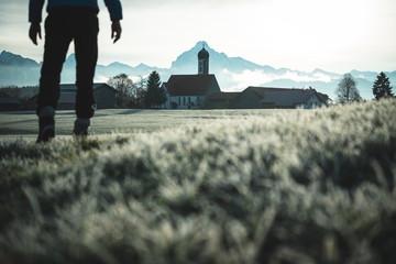Bayrisches Dorf mit Kirche und Bergen, Eisenberg mit Säuling, Allgäu 8