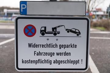 Schild Parkverbot, kostenpflichtig abschleppen