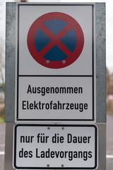 Schild: Parkverbot, ausgenommen Elektrofahrzeuge für die Dauer des Ladevorgangs