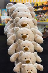 Teddy-Bär Parade in einem Spielwaren-Geschäft