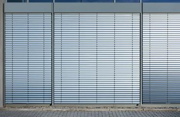 Außenjalousie Jalousie frontal an Bürogebäude – Closed Shutter Background