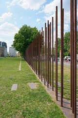 durch Metallstäbe markierter ehemaliger Verlauf der Berliner Mauer