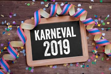 Kreidetafel mit Konfetti und Luftschlange Karneval Kölle Alaaf Weiberfastnacht Rosenmontag Aschermittwoch