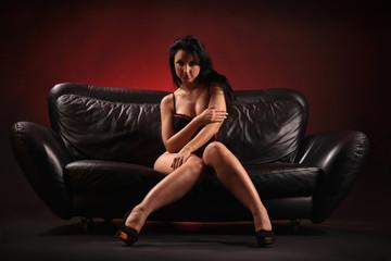 Frau auf Sofa
