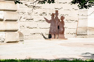 Sculpture next to the brooklyn bridge wall