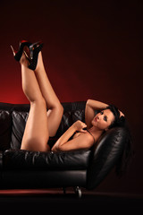 Frau zeigt hochgestreckte Beine auf Sofa