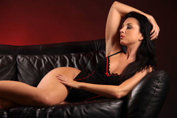 Frau intim liegend auf Sofa