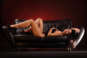 Frau liegend auf Sofa