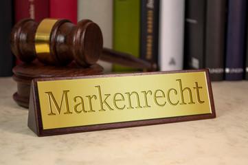 Schreibtischschild mit Richterhammer und Markenrecht