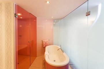 Badewanne in modernem Bad mit Glaswänden