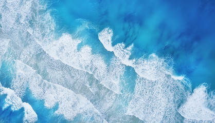 Poster Mer / Ocean Beach and waves from top view. Turquoise water background from top view. Summer seascape from air. Top view from drone. Travel concept and idea